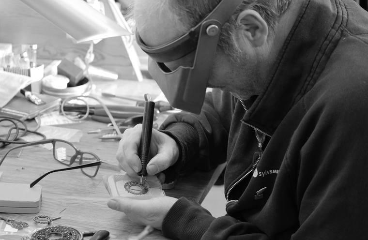 MODELL: Det første ein startar med, er å laga ein modell av sølja.