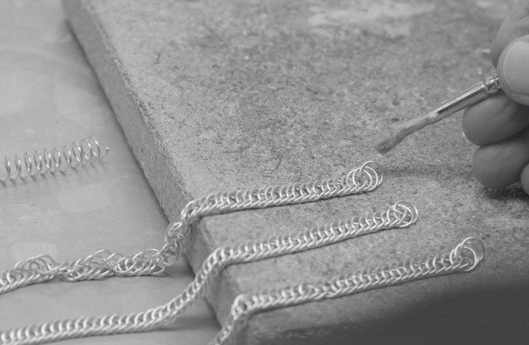 HEKTING: Ei breikjede består av ei rekke einskilde sølvringar som kvar og ein er festa i kvarandre for hand.