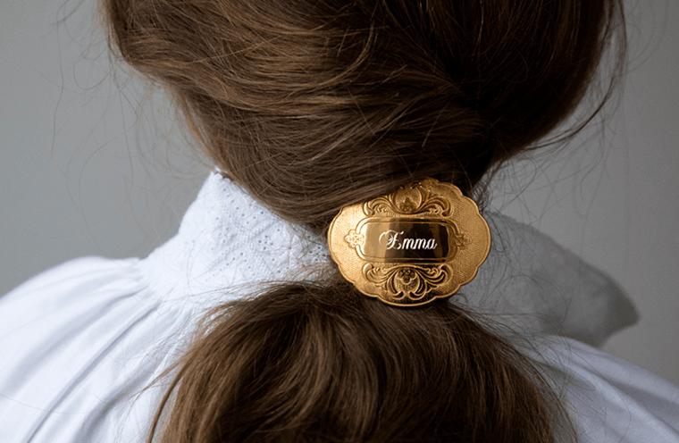 Denne hårspenna finst både i forgylt, oksidert og kvitt sølv. Den kan graverast med namn slik at du får eit personleg preg. Passar til mange ulike bunader.